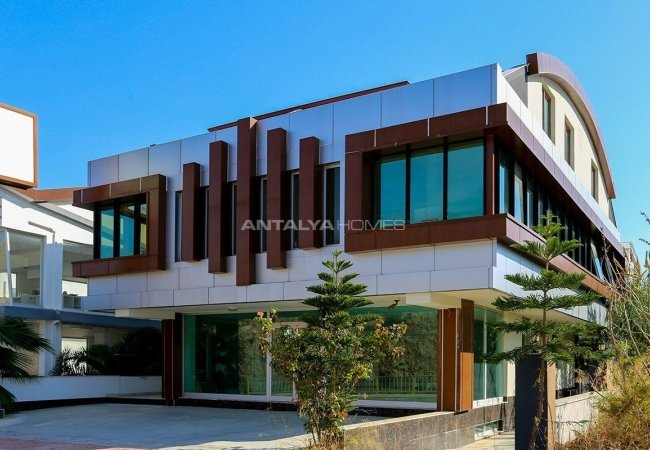 Whole Building Suitable for Plaza Concept in Lara