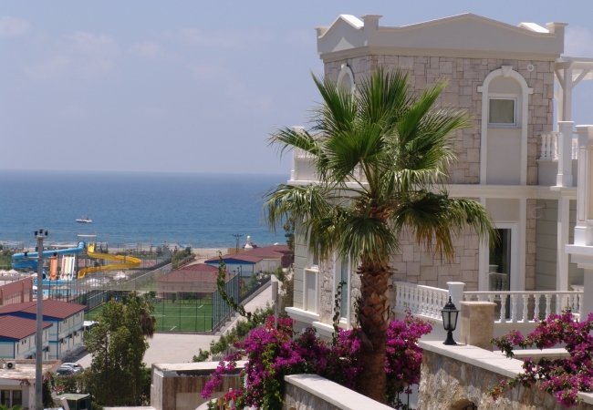 Well-located Luxurious House Rich in Social Activities