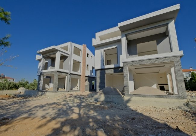 Triplex Villas Equipped with Rich Features in Dosemealti