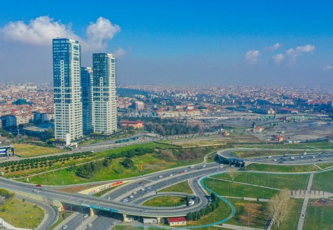 Spacious Properties with Rich Complex Features in Istanbul