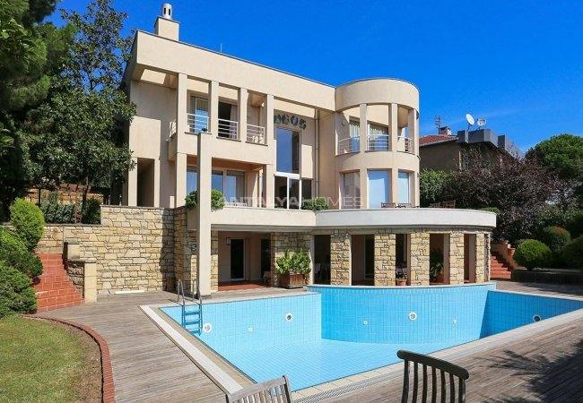 Villa with Swimming Pool in Kartal Istanbul Close to the Sea