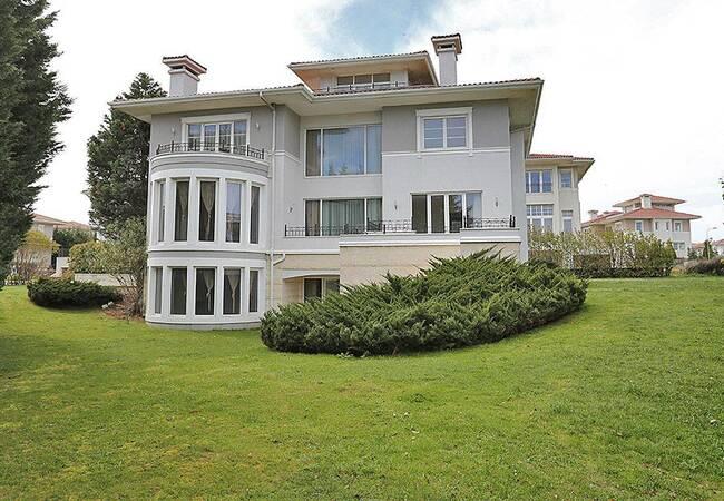 Uniquely Designed Beylikduzu Houses Next to the Marina